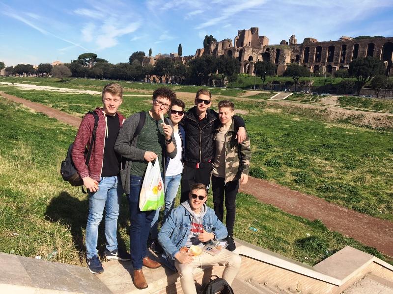 Erste Sonnenstrahlen am Circus Maximus